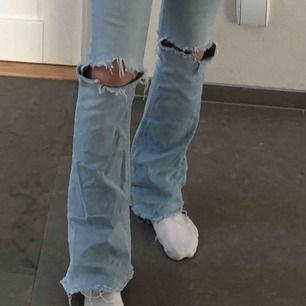 Säljer mina Gina bootcut, hålen och slitsen har jag gjort själv, dom är långa!