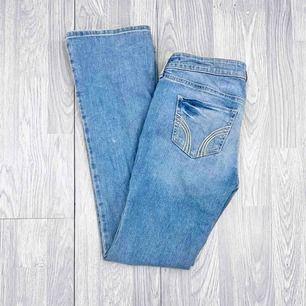Lågmidjade Hollister jeans, ripped med Bootcut storlek W27/L31 i fint skick.  Möts upp i Stockholm eller fraktar.  Frakt kostar 59kr extra, postar med videobevis/bildbevis. Jag garanterar en snabb pålitlig affär!✨