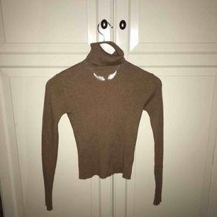 Cool ribbad tröja från pull and bear i storlek S. Använd några gånger men är i bra skick. Jätteskön och inte för trång polokrage. Den är även ganska tunn så den passar bra till våren/sommaren💞💞 Köparen står för frakten.
