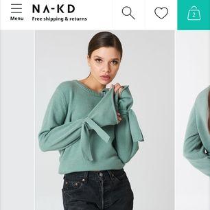Grön/ mintgrön sweatshirt från NAKD med band vid armarna som går att knyta eller styla hur man vill. Slutsåld i alla storlekar. I storlek S men passar också XS om man vill ha den lite oversize. Använd fåtal gånger. Superfin till våren!