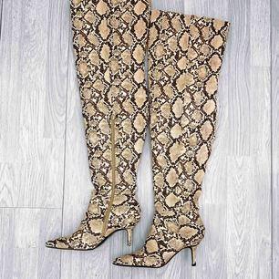 Thigh high boots från River Island storlek 37 i fint skick förutom att klackarna är defekta och behöver lagas, därav priset.  Möts upp i Stockholm eller fraktar.  Frakt kostar 63kr extra, postar med videobevis/bildbevis.