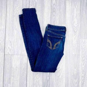 Mörkblå lågmidjade jeans från Hollister storlek W25/L31 i använt skick.  Möts upp i Stockholm eller fraktar.  Frakt kostar 59kr extra, postar med videobevis/bildbevis. Jag garanterar en snabb pålitlig affär!✨