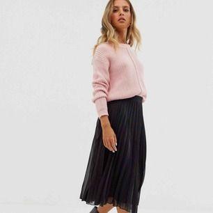 Jättefin plisserad kjol från asos. Är i fint skick och säljs då den är för stor. Originalpris 380kr. Säljs för 150kr plus frakt.