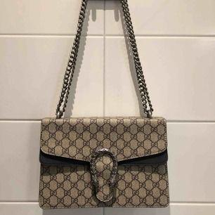 Oäkta Gucci väska i riktigt bra skick, använd ca 3 gånger.