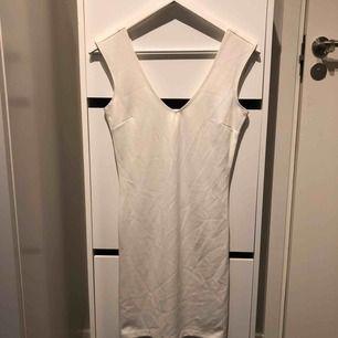 Snygg bas-klänning med djup urring både bak och fram! I bomull och har små tecken på användning, lite noppig på vissa ställen!   Hämtas hos mig på Kungsholmen eller skickas, då tillkommer frakt på 59 kronor 💌