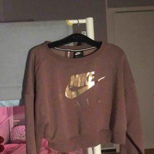 Hje! Jag säljer min Womens Nike Rose Gold Metallic Air Crew Tröja! Det är en långärmad magtröja. Den är varm, lite lik en sweater. Storlek M , säljer den för 220 inklusive frakt. Kan mötas upp i Jönköping, Nässjö