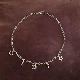 Säljer detta coola handgjorda halsband med blixtar och stjärnor på. 90 kr+Frakt