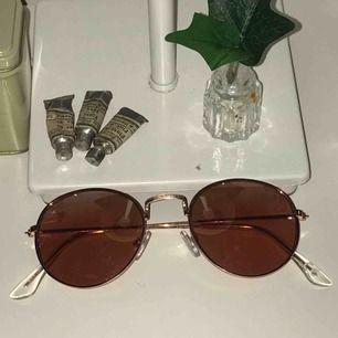 Solglasögon som är fina men också skyddar mot solen, köpta på cubus och aldrig använda. Köparen står för frakten❤️