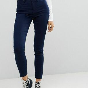 Lee jeans, mörkblå. Väldigt fint skick. Modell: Skyler. Högmidjade. W28 L33. Pris kan diskuteras. Köparen står för frakten.
