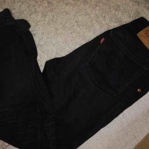 (Andra bilden är ifrån provrummet) mom jeans/501 från Levis! Fint skick men passade tyvärr inte min syster. ( säljer åt henne ) köpta för 999, säljer för 500 prutbar!!!