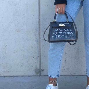 Säljer min supersnygga väska ifrån Crossbody.dk pga kommer ej till användning.. köpare står för frakt🌟🥰