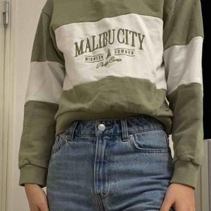 Jättefin cropped hoodie med dragkedja på toppen från Pull and bear. Bara använd Max 5gr, känner inte att det var min stil. Buda från 150😘