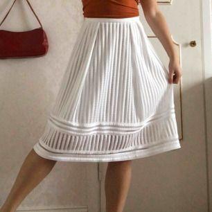 Passar större S eller M. SUPERSÖT vit kjol med charmigt mönster!