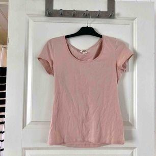 Basic t-shirt, använd ca 2 gånger, mycket fint skick, frakten kostar 22 kr