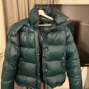 Säljs bikbok jacka grön aldrig använd pga inte min stil