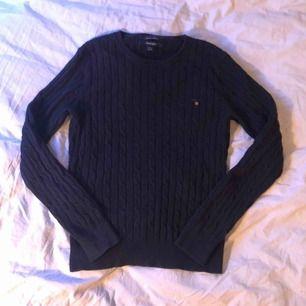 kabelstickad gant tröja, i nytt skick. Tvättad x antal ggr. liten medium passar även small. Pris kan diskuteras