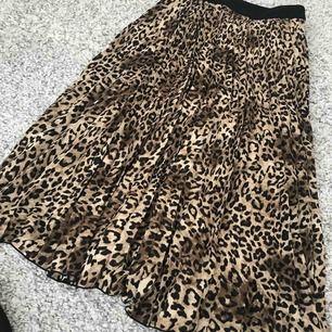 Aldrig använd kjol från HM nypris 349  mitt pris 200kr men priset kan diskuteras