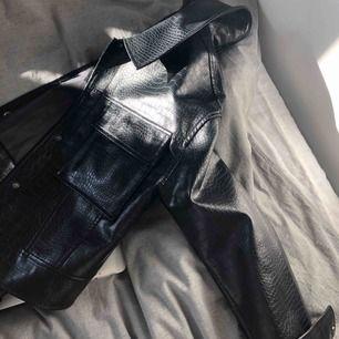 Säljer denna jättesnygga jacka ifrån Gina Tricot pga kommer ej till användning. Använd knappt två gånger. Ganska liten i storlek där av att jag har strl.L på den (är vanligtvis M på jackor men gillar att ha dem en aning oversized. Köpare Står för frakt🥰