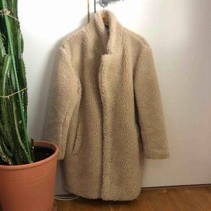 Säljer denna jättemysiga och lurviga jacka från Hm. Den är inte använd så många gånger och är därför i jättebra skick🥰