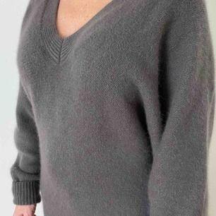 Världens mysigaste tröja (lång pullover) från tiger of Sweden i färgen mullvad i nyskick. Köpt för 2700 i affären men säljer nu för 600 ( pris kan diskutera) fraktar men köparen står för frakten 🤍