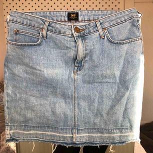 Blå jeans kjol från Lee, flitigt använd och är i bra skicka😋