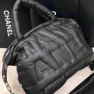 Sportigt väska från Chanel. Medium size.  Otroligt fint. Går ej ner i pris, postar endast💜