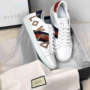 Gucci i läder.  Storlekar: 37,38,39. Postar endast 💜