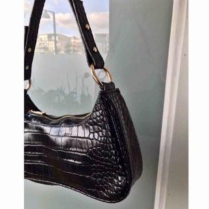 Säljer världens finaste 90-tals handväska. Aldrig använd.  Kan mötas upp i Stockholm eller skicka varan! Köparen står för frakt 🌸
