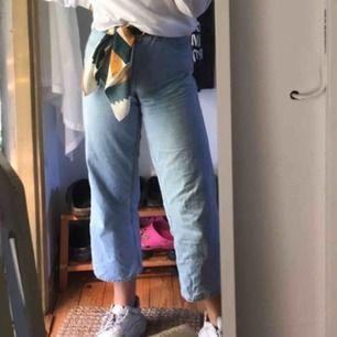 Säljer dessa byxor från kappahl, tycker de är jättefina och tycker jättemycket om dem! Säljer dock pga jag är ganska lång o de är lite för croppade för mig. Jag är 173 cm för den som undrar! Pris kan diskuteras lite. Frakt tillkommer.