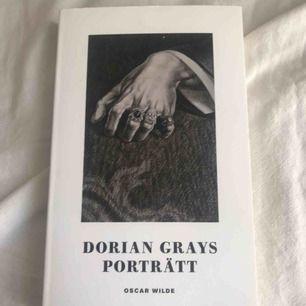 Dorian Grays porträtt av Oscar Wilde, min favvobok nånsin😍 Frakt tillkommer om köparen inte kan mötas i Stockholm.