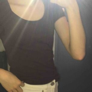 Vinröd t-shirt i bra skick säljes. Sitter bra på mig som vanligtvis har xs/s i tröjor. Köparen står för frakten!💖