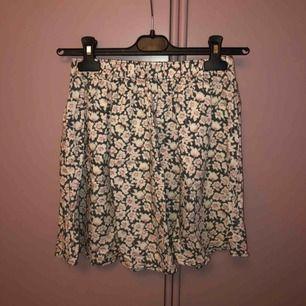 Superfin blommig kjol från Hollister! ✨ Storlek M, men sitter som en storlek S.💗