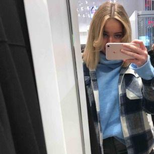 Sjukt fin och mysig himmelsblå oversize stickad tröja från chiquelle.  Fint skick. Passar både sommarkvällar & vinter. Nypris 400kr🦋🦋⚡️✨🌊💧