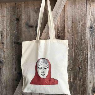 Fin tygpåse med motiv på Malala! Köparen står för frakten. Kan förhandla om priset! Har ett tjugotal och alla är nyskick