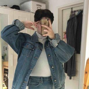 Min absoluta favoritjacka söker nytt hem då den inte används lika flitigt längre :-( En oversized jeansjacka på mig som är S/M köpt på second hand! En skön fit med lite längre armar som jag rullat upp! Frakt: 63kr 🌷💫🌿💛✨🌼