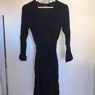 Oanvänd lång klänning från Monki! Köparen står för frakt eller hämtas i Örebro.