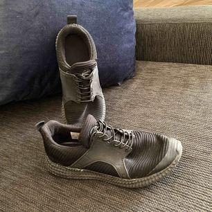 Skor utan märke. Svarta, ser urtvättade ut på bilden men det är dom inte. Finns i Stockholm annars står köparen för frakt. Kolla gärna mina andra annonser
