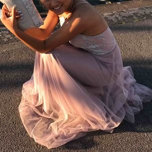 """Säljer min balklänning då den aldrig kommer till användning (skräll😅). Det är en """"Hayley Paige Occasions"""" klänning köpt på Idéskrädderiet i Växjö. Läs kommentarerna för mer info!"""