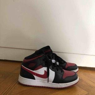 Säljer mina Jordans 1 mid i storlek 38,5. Köpt för cirka en vecka sen, så gott som nya!! Såklart fixar jag till dem vid köp.