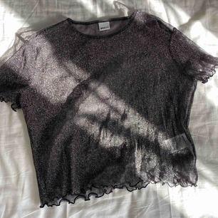 Glittrig mesh topp från Gina Tricot, använd ett fåtal gånger. Vid frakt står köparen för fraktkostnaden.