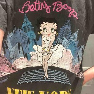 T-shirt i väldigt bra kvalité, nyligen köpt men har ej kommit till användning. Första budet börjar från 30kr