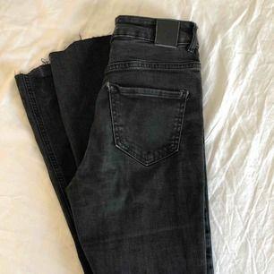 Svarta bootcut jeans som är klippta så de slutar liten bit över vristen (ungefär som på sista bilden), storlek 26 något små passar nån som är ca 165cm lång. Möts upp i Stockholm eller fraktar