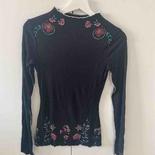 Ny mjuk svart och blommig skjorta från Desigual. XS storlek. Mötas / frakt kommer.