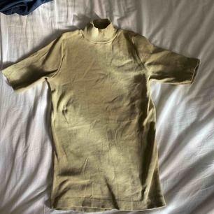 Ribbad grön tröja från Kappahl. Enbart testad. Vid frakt står köparen för fraktkostnaden.