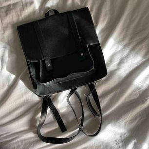 Ryggsäck från Forever 21, använd fåtal gånger och i fint skick. Vid frakt står köparen för fraktkostnaden.