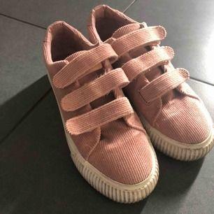 Säljer dessa skit trendiga skor! Flitigt använda men har inga skador förutom att de är smutsiga! Men det kan man tvätta bort💗💗