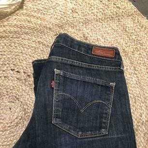 Levis-jeans i jättesnygg färg! Knappt använda, så inga slitningar.   Hämtas upp hemma hos mig på Kungsholmen eller så tillkommer frakt! ✉️