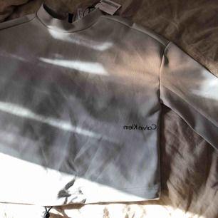 Säljer min unika Calvin Klein tröja. Köpt på en special- utförsäljning. Aldrig använd. 🥰