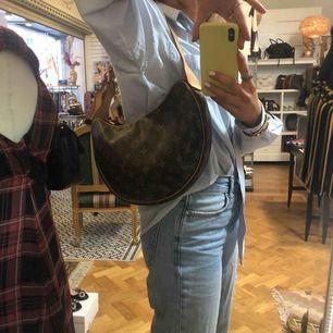 Säljer denna dööösnygga Louis Vuitton crossiant pm. Den är i sååå fint skick o passar typ till allt:))🌸🌸🌸