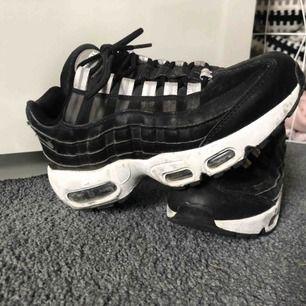 Svart/vita Nike air Max 95, gott sick använda fåtal gånger. Frakten betalas av köparen
